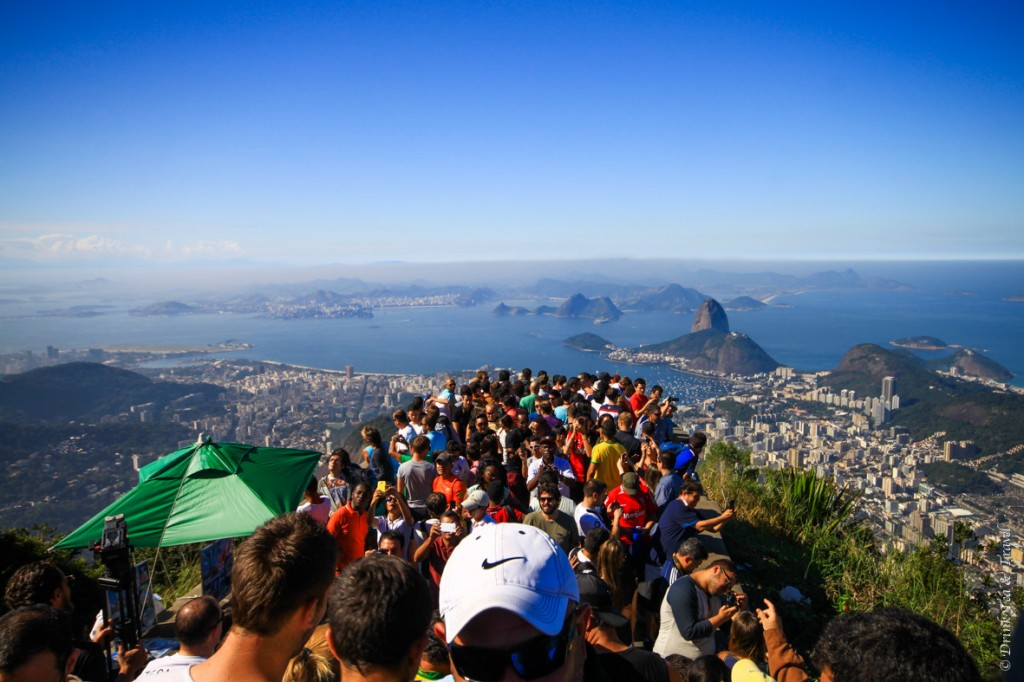 hike christ the redeemer: Hundreds of travelers admiring the view from the top of Corcovado Mountain.