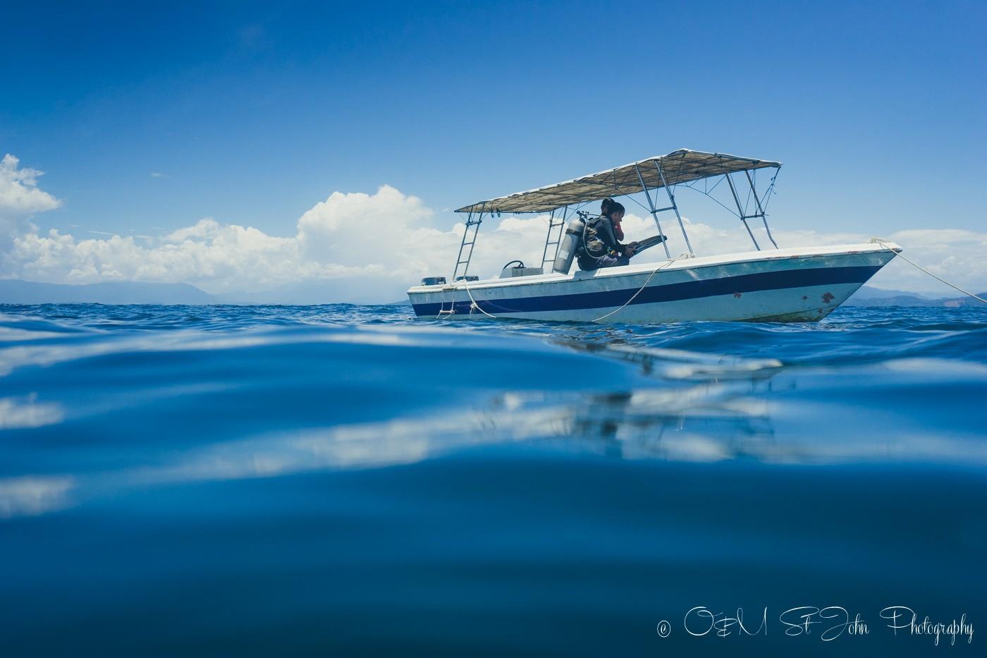 Bigfin Divers on the boat off the coast of Mañana Borneo Resort. Sabah. Malaysia