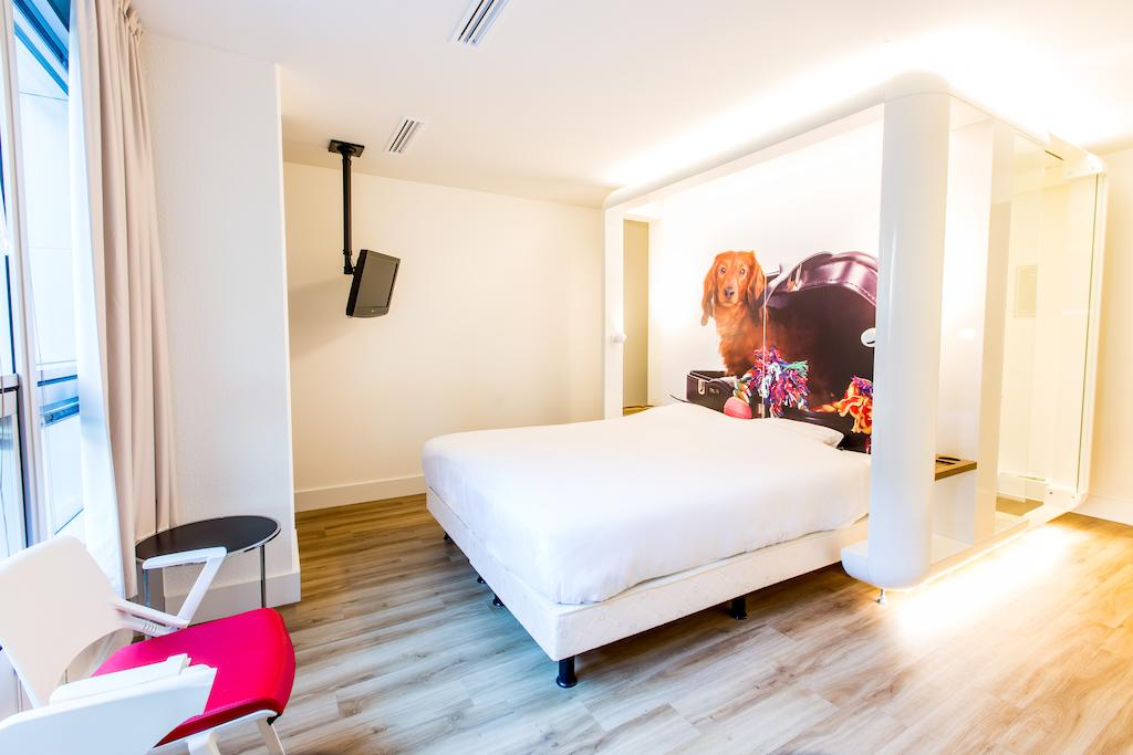 Europe Itinerary: Double room at Qbic Hotel in Amsterdam. Photo by Qbic Hotels.