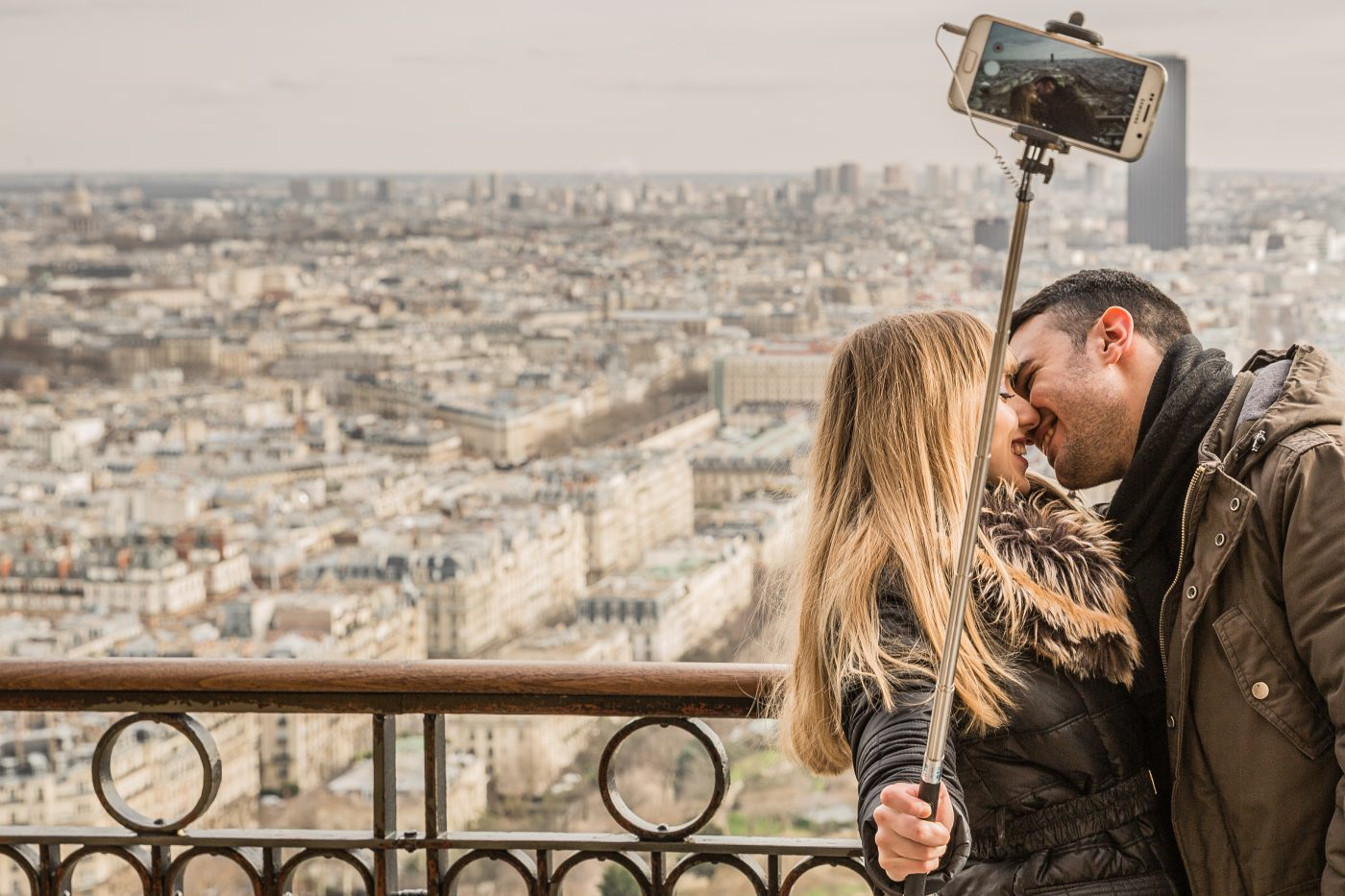 Couples Vacation: couple sightseeing in the city