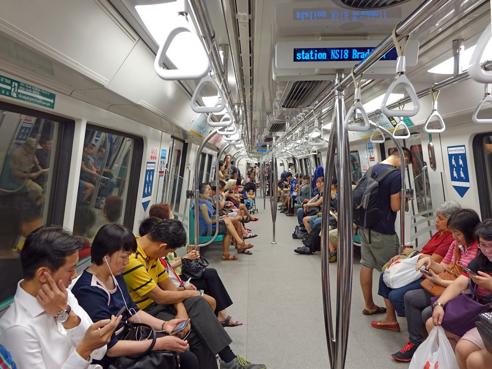 Stopover in Singapore: The inside of the MRT Singapore